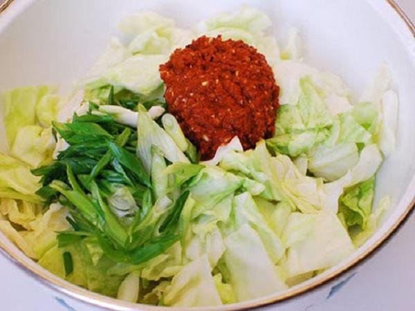 cho gia vị kim chi vào bắp cải